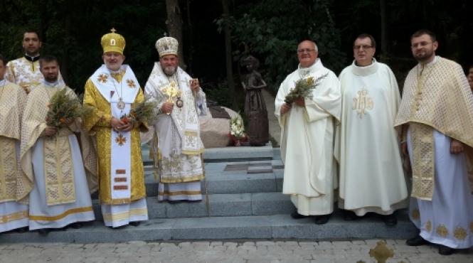 /novini/item/429-u-zarvanytsi-vstanovyly-i-osviatyly-pam-iatnyk-ukrainskym-mihrantam.html